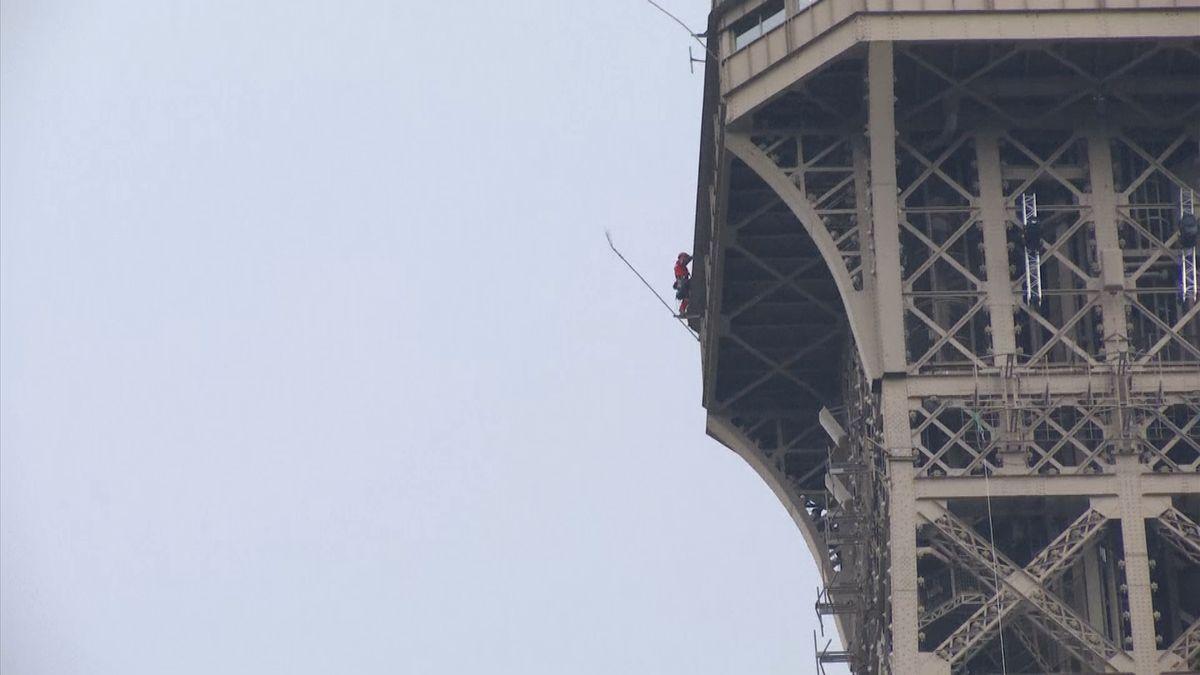 Eiffelova věž se uzavřela do odvolání kvůli muži šplhajícímu po jejím obvodu