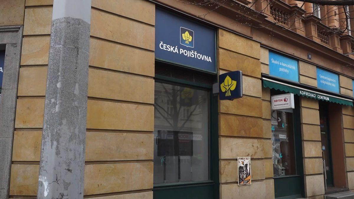 Desítky klientů obviňují Českou pojišťovnu, že jim tajně strhávala peníze, na které neměla nárok