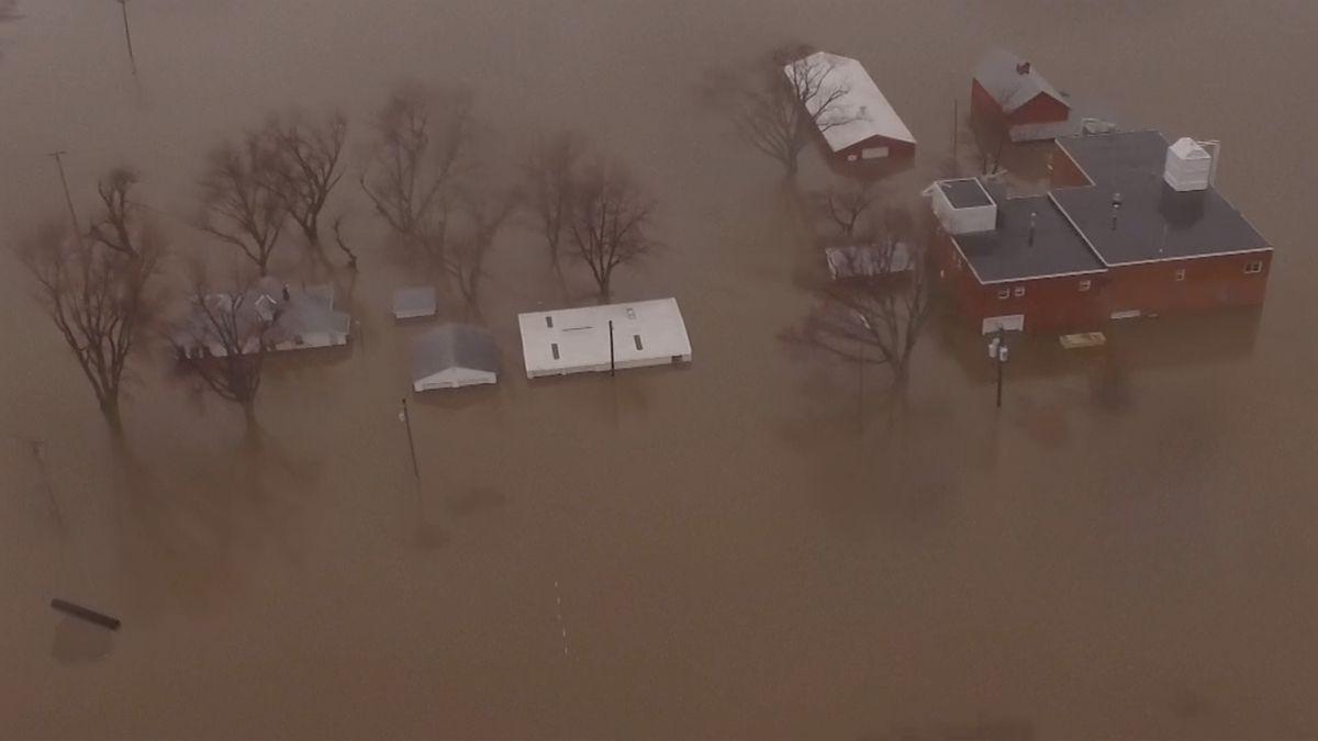 Tři americké státy kvůli mohutným povodním vyhlásily stav nouze