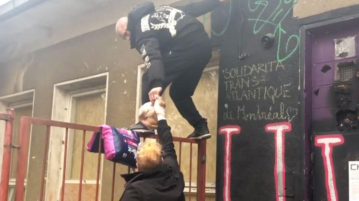 Aktivisté zůstávají na střeše Kliniky. Exekutor je vpátek znovu vyzve kodchodu