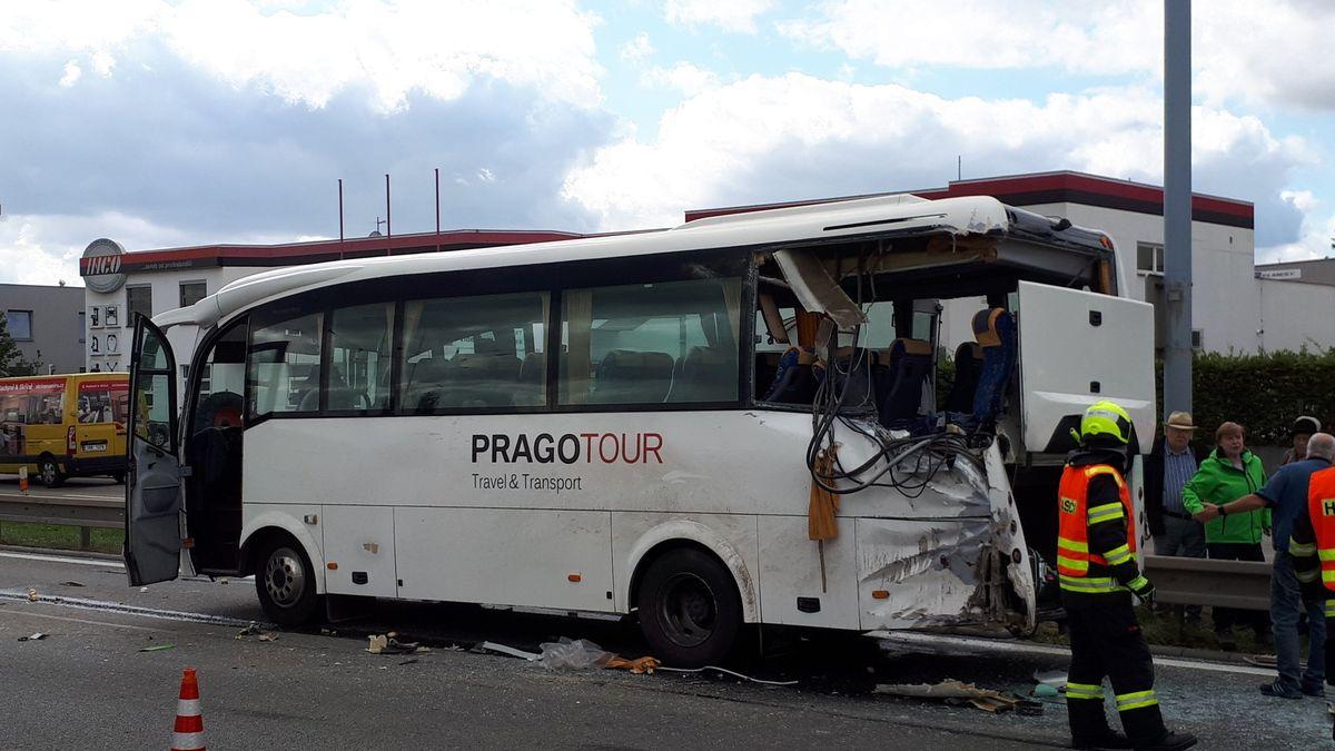 Kamion vBrně narazil do autobusu. Jedna zcestujících na místě zemřela