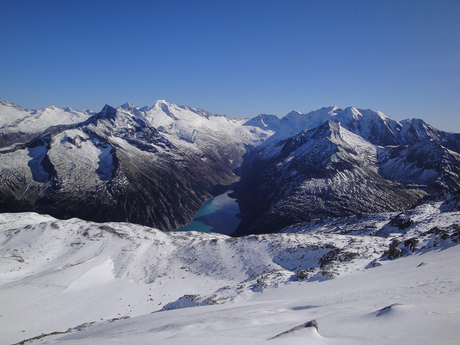 V Rakousku zemřel český lyžař, opuštěním vyznačené sjezdovky spustil lavinu