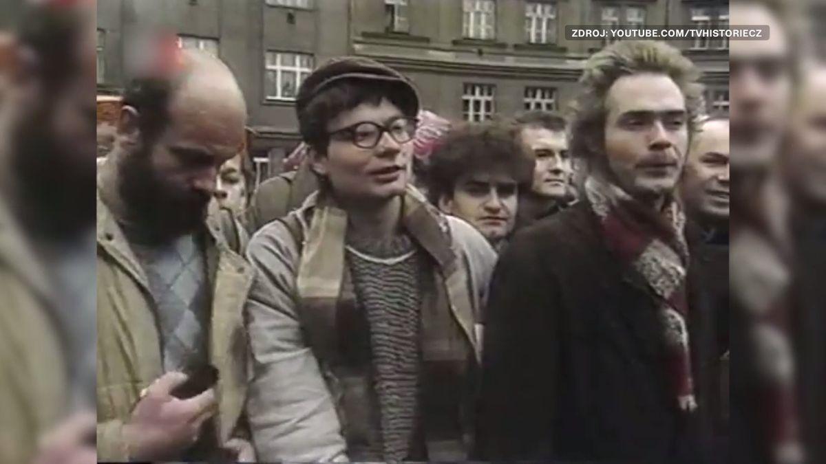 Před 30lety komunisté povolili první demonstraci, ale pak jim ruply nervy
