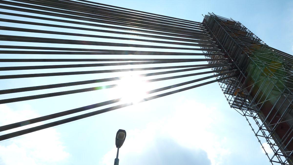 Silničáři zavřeli most na Jižní spojce. Zkoumají, zda jsou nosná lana vpořádku