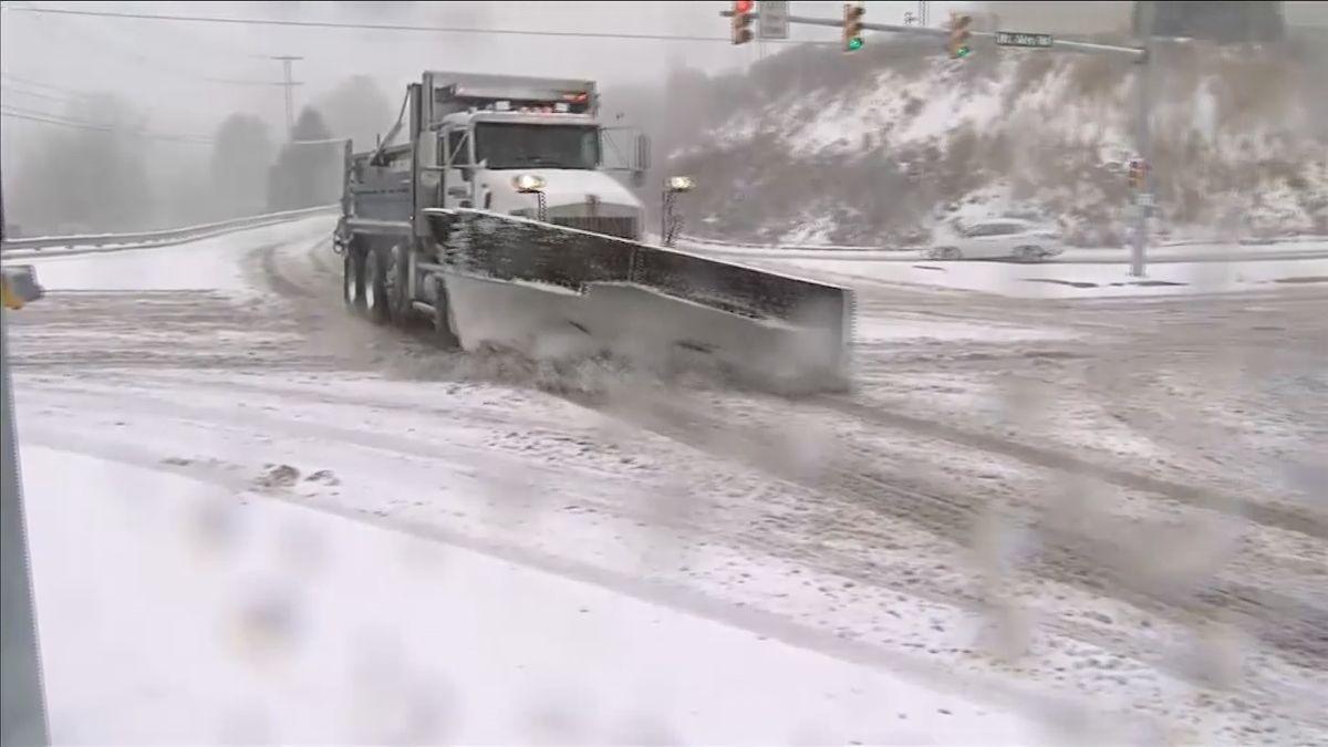 Východ USA zasáhla sněhová bouře. Na silnicích umírali lidé, letiště rušila lety a na řadě míst nešel proud