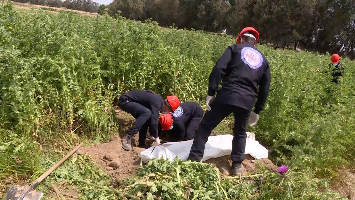 Uněkdejší bašty IS vSýrii se našel hromadný hrob snejméně 200těly