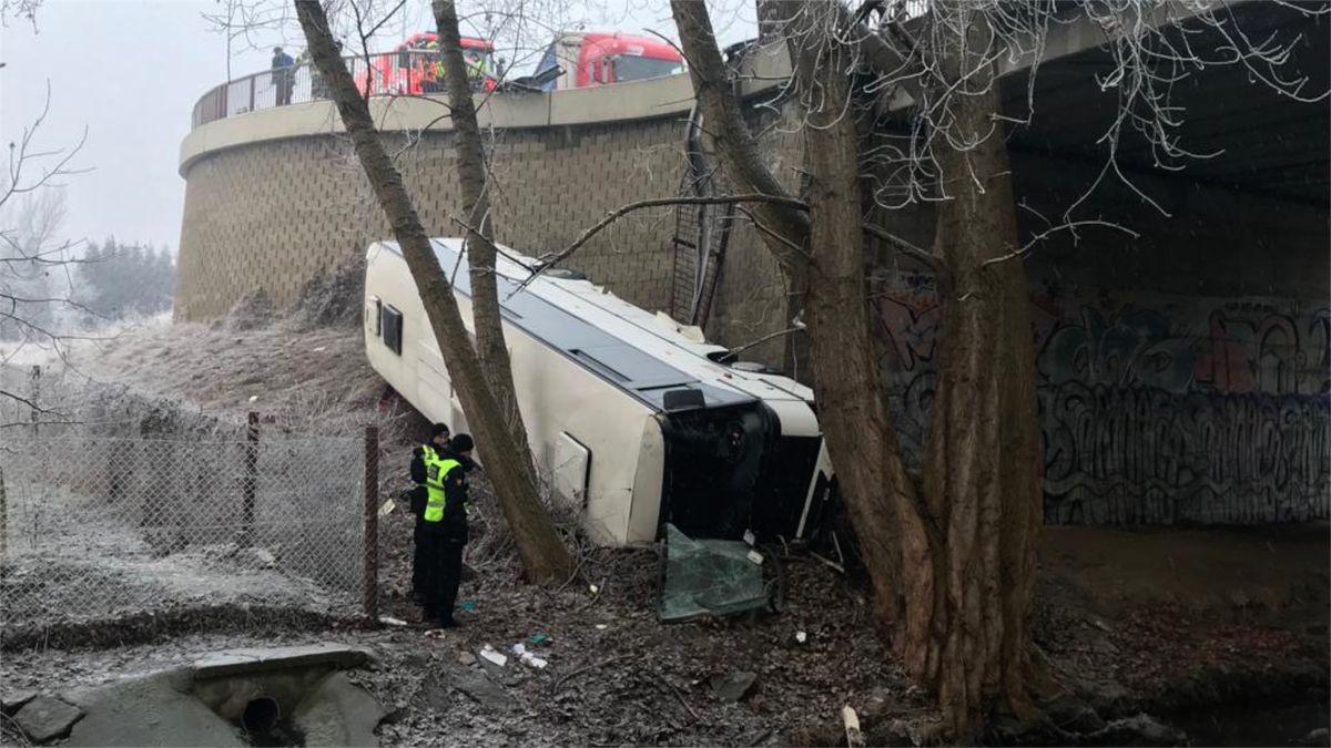 VMělníku se zřítil autobus ze srázu, tři lidé se zranili