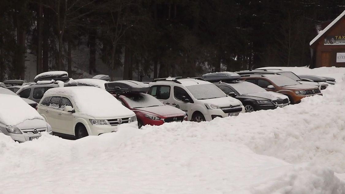 České hory zaplavují lyžaři a hlavně jejich auta. Některé obce už to chtějí řešit závorou hned při vjezdu
