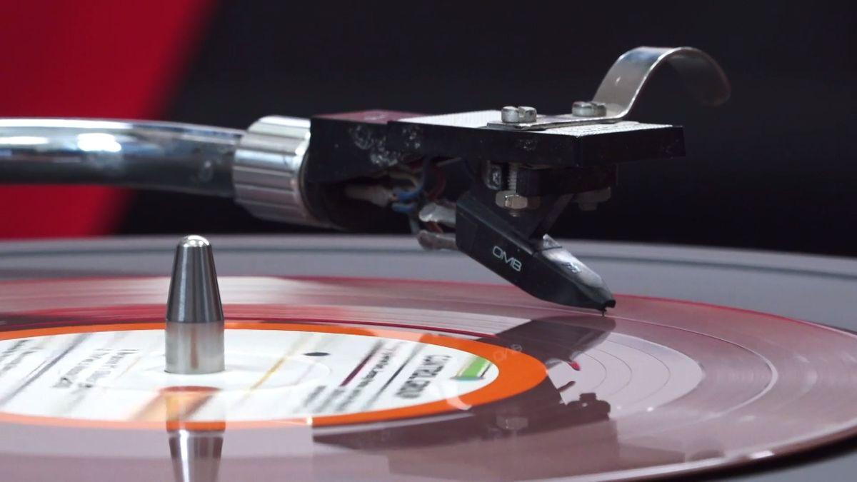 Byznys: Jak se lisuje gramofonová deska? Do Loděnice si pro ně jezdí hvězdy zcelého světa