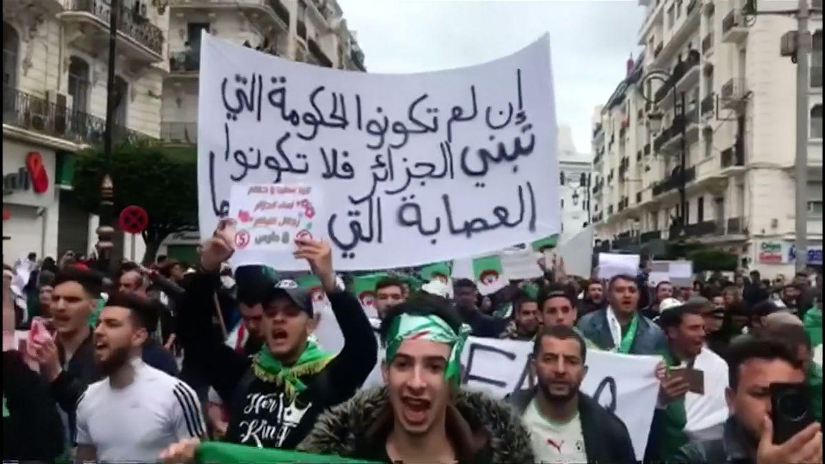 Nové arabské jaro. VAlžírsku už tři týdny protestují desítky tisíc lidí