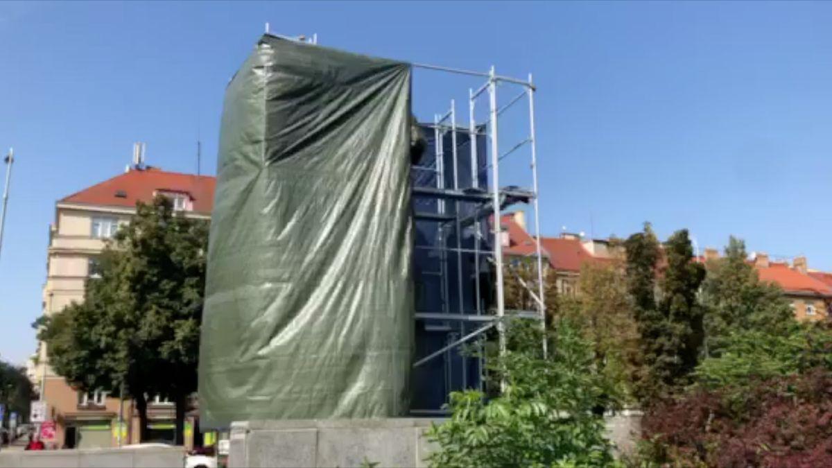 Praha 6nechala zakrýt sochu sovětského maršála Koněva, plachtu pak někdo strhl