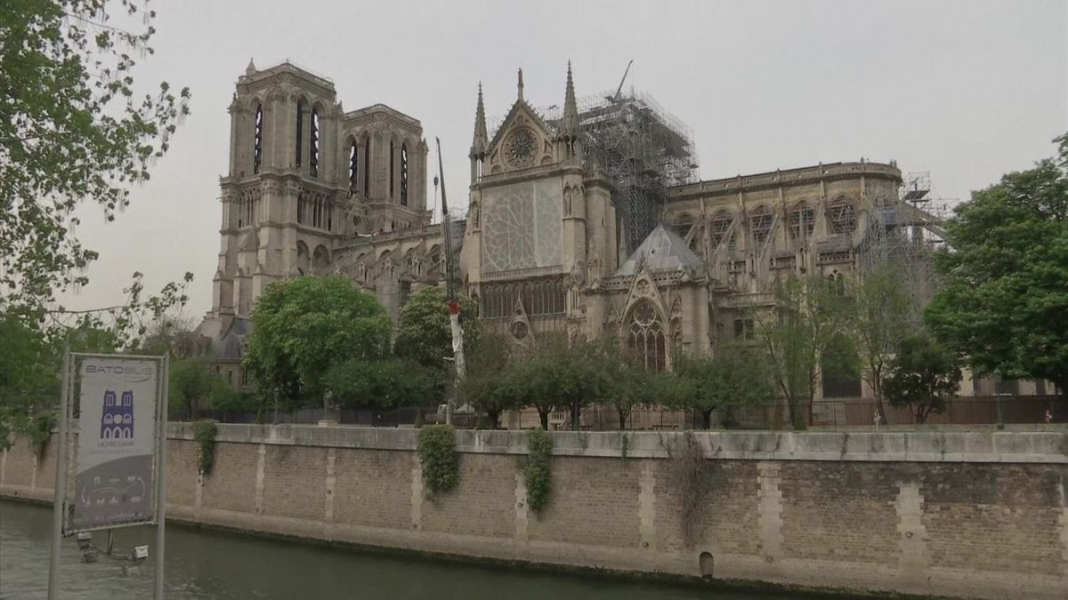 """Notre-Dame by po požáru mohl ohrozit déšť. Katedrálu tak bude chránit speciální """"deštník"""""""