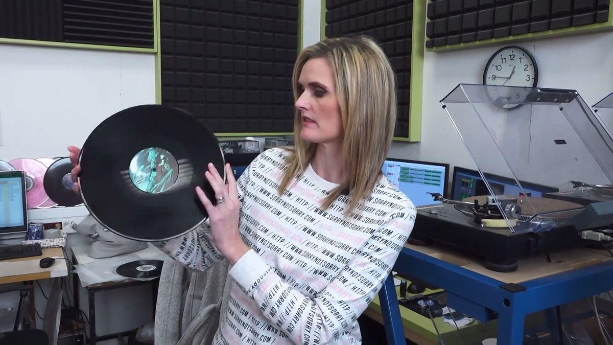 Jak se vyrábí vinylová deska? Vyzkoušeli jsme si to. Na začátku všeho je bílý prášek