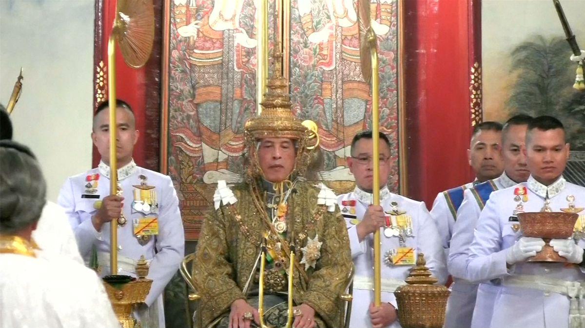 Sedm kilogramů vážící koruna, třídenní obřad, božské rituály. Thajsko po 70letech korunovalo nového krále