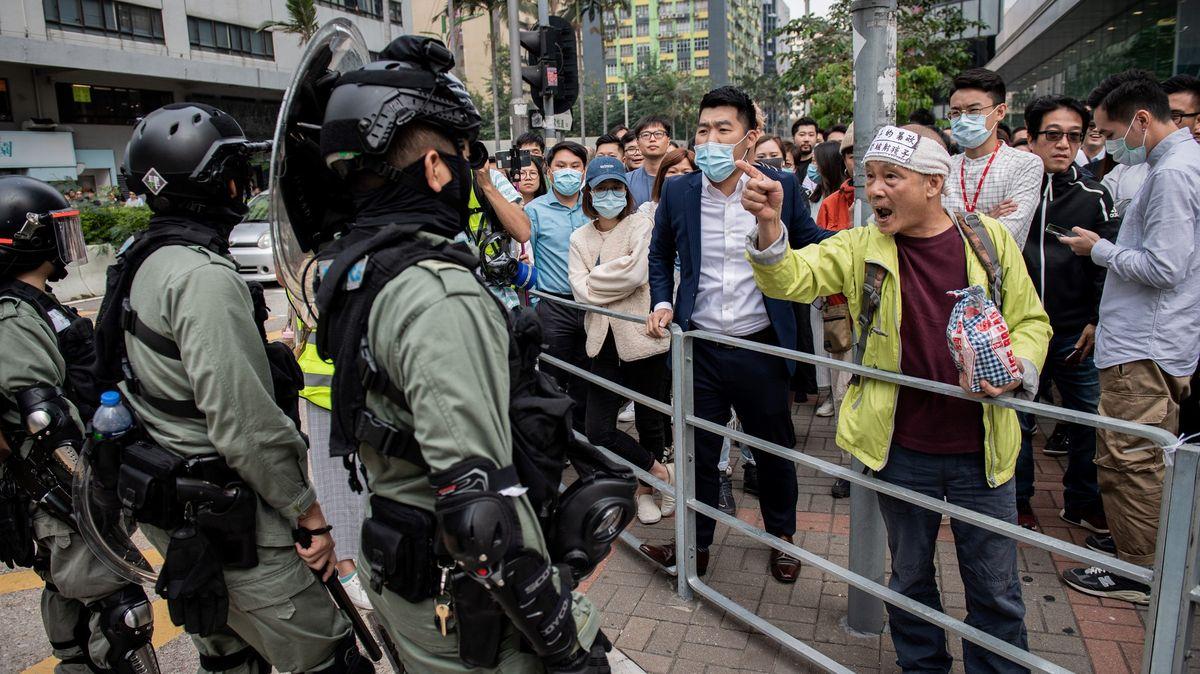 """""""Zůstáváme vulicích."""" Seznam mluvil svítězi voleb vHongkongu"""