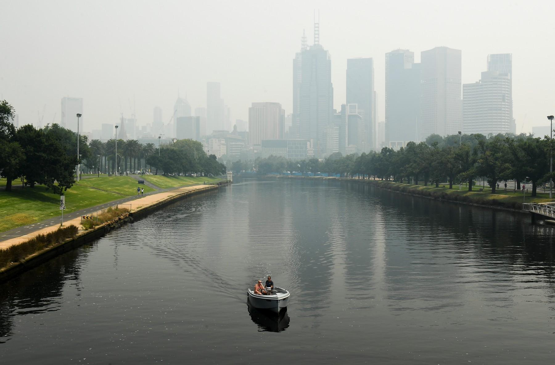 Smog a dým z nedalekých požárů, které trápí celou zemi.