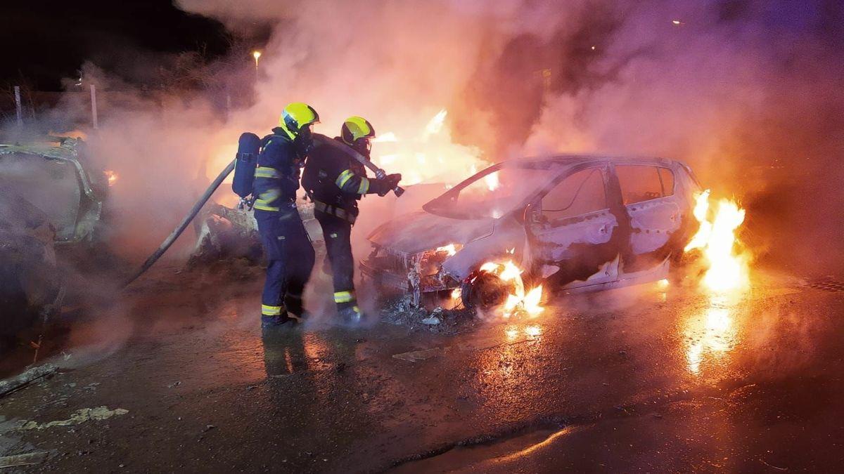 Policie hledá žháře spopálenýma rukama, vPraze zapálil devět aut