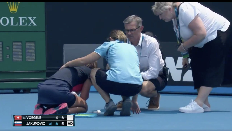 Slovinská tenistka Dalila Jakupovičová dostala dusivý záchvat kašle.