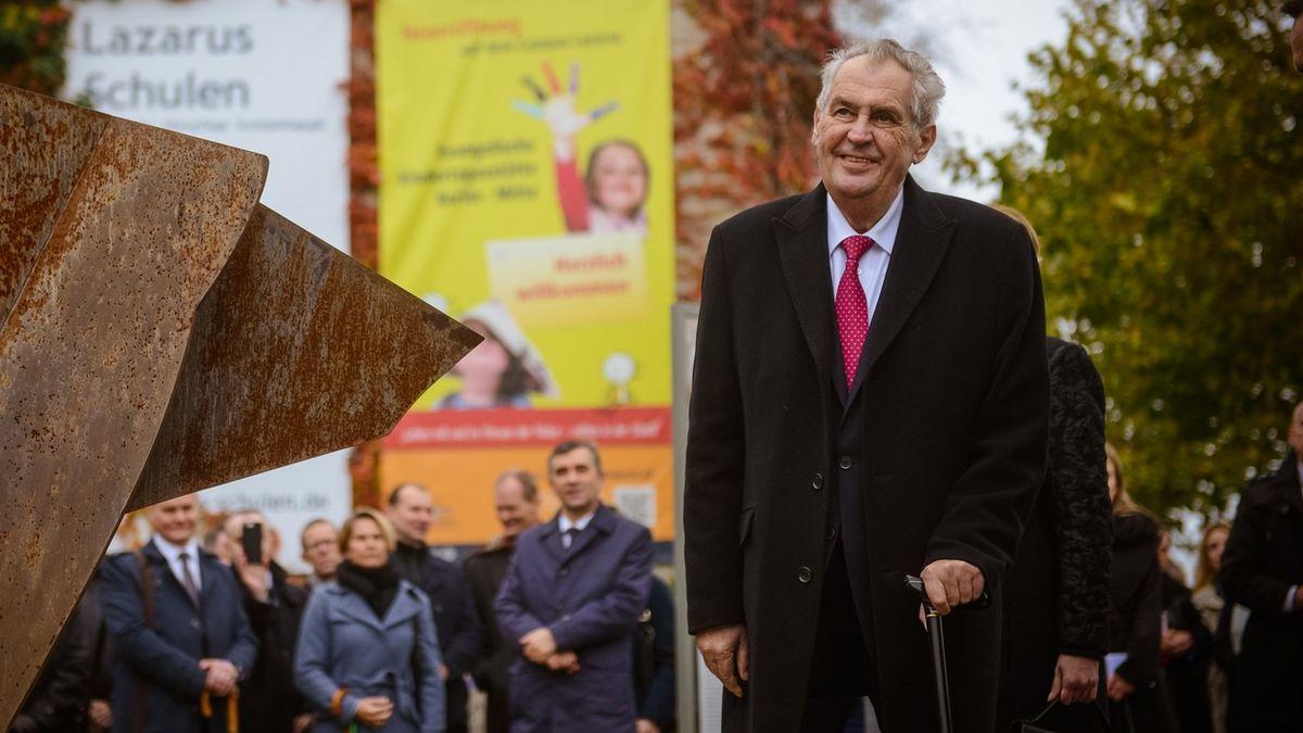 Prezident Zeman nedbá na důstojnost úřadu, myslí si většina Čechů