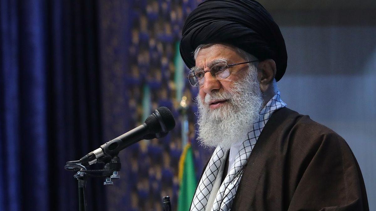 Miluje poezii, nenávidí USA a Izrael. Kdo je ajatolláh Chameneí?