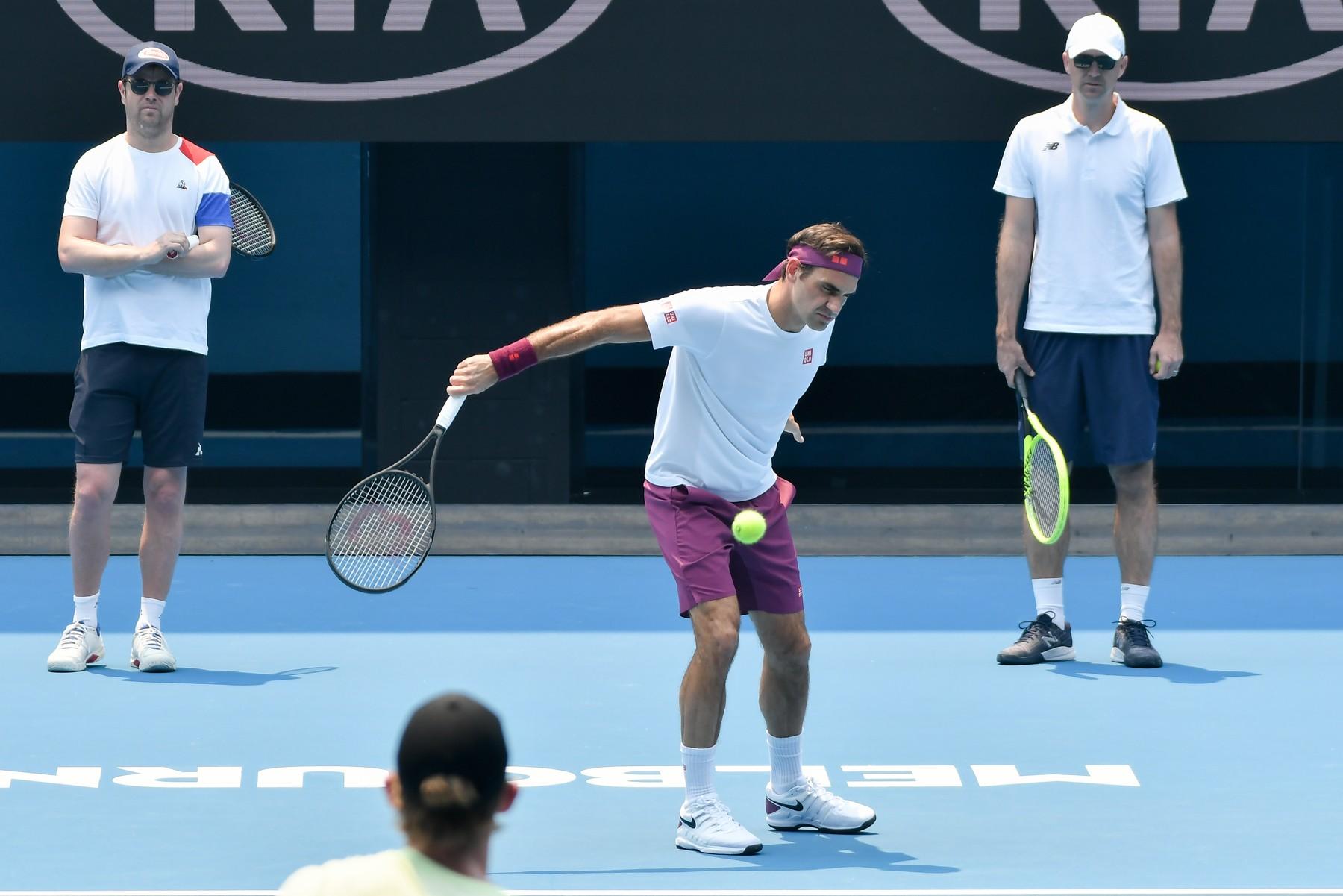 Roger Federer trénuje na Rod Laver Areně před zahájením tenisového turnaje Australian Open Grand Slam v australském Melbourne