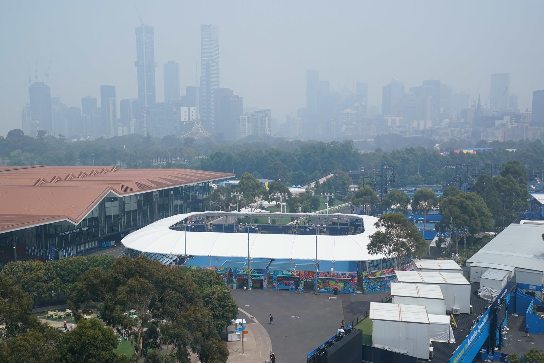 Přírodní katastrofa podstatně zhoršila kvalitu ovzduší, která je nyní tématem číslo jedna také v tenisovém světě.