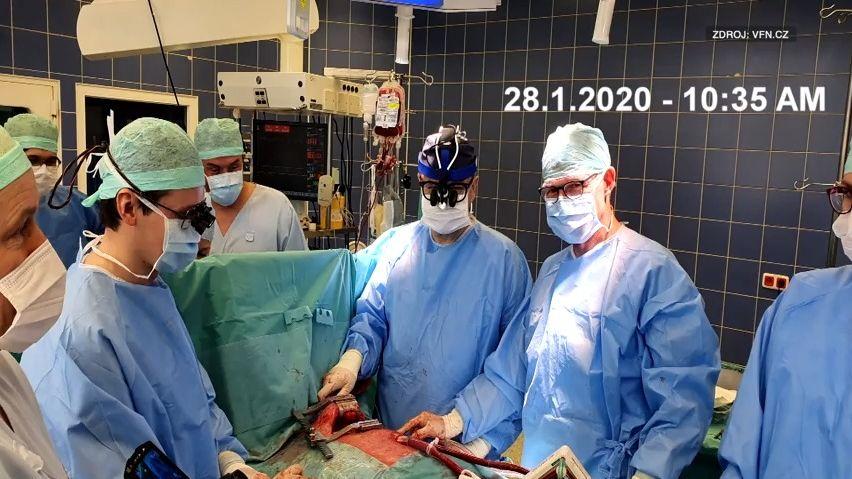 Záběry zunikátní operace: Takto čeští lékaři pověsili plíci mimo tělo