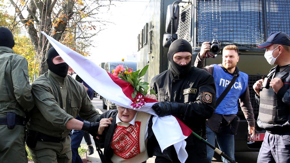 Pochod vMinsku skončil zatýkáním, zadrželi i73letou ikonu Bahinskou