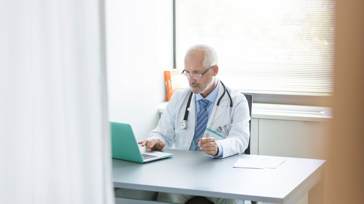 Lékaři na slíbené respirátory stále čekají. Zubaři a lékárníci je už mají