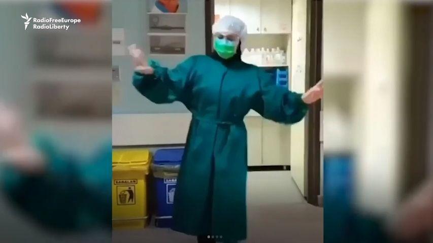 Íránské zdravotní sestřičky bojují proti nákaze humorem a tancem