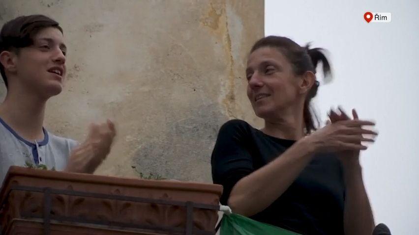 Video: Řím, Atény, Madrid. Zbalkonů zní potlesk zdravotníkům