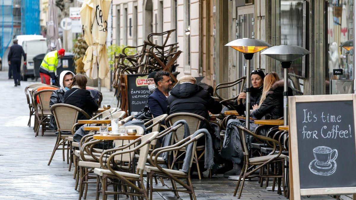 Slováci nosí roušky povinně ivenku. Matovič straší českým scénářem