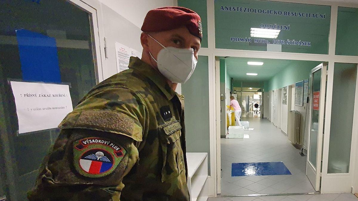 Mezi zdravotníky výrazně přibývá nemocných, začali pomáhat vojáci