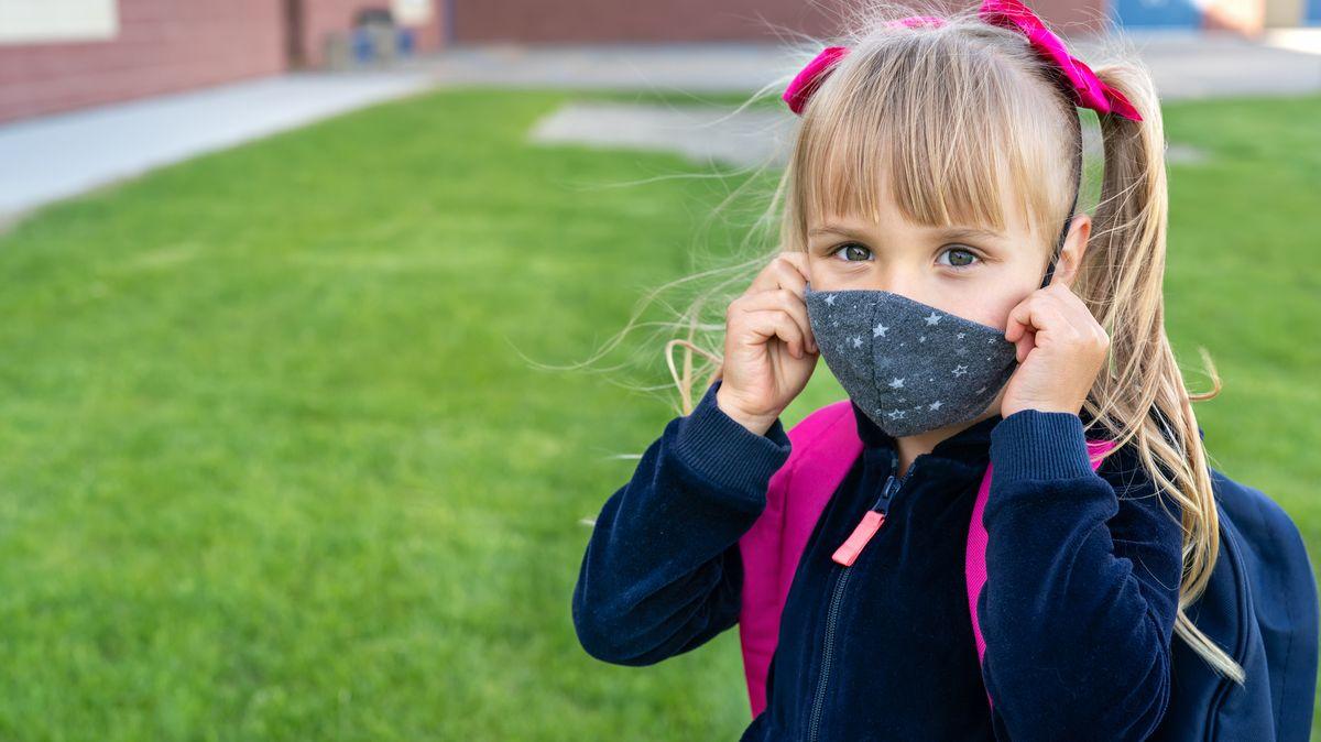 Děti budou roušky ve školách nosit dál