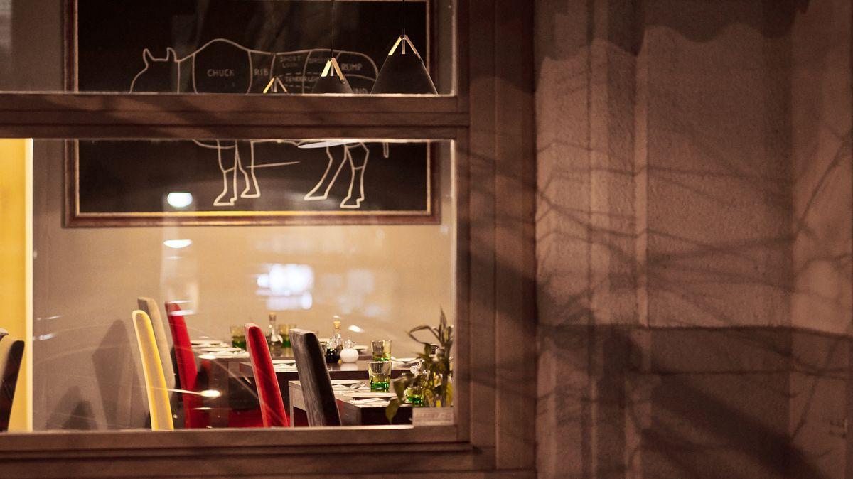Opuštěné stoly a prázdné židle: tak vypadají zavřené pražské restaurace