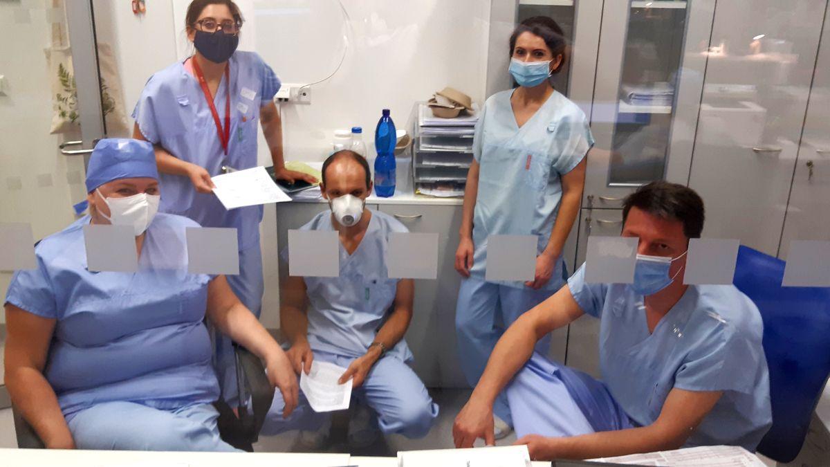 Deník znemocnice: Začíná tu přetlak. Avenku se roušky nosí na půl žerdi