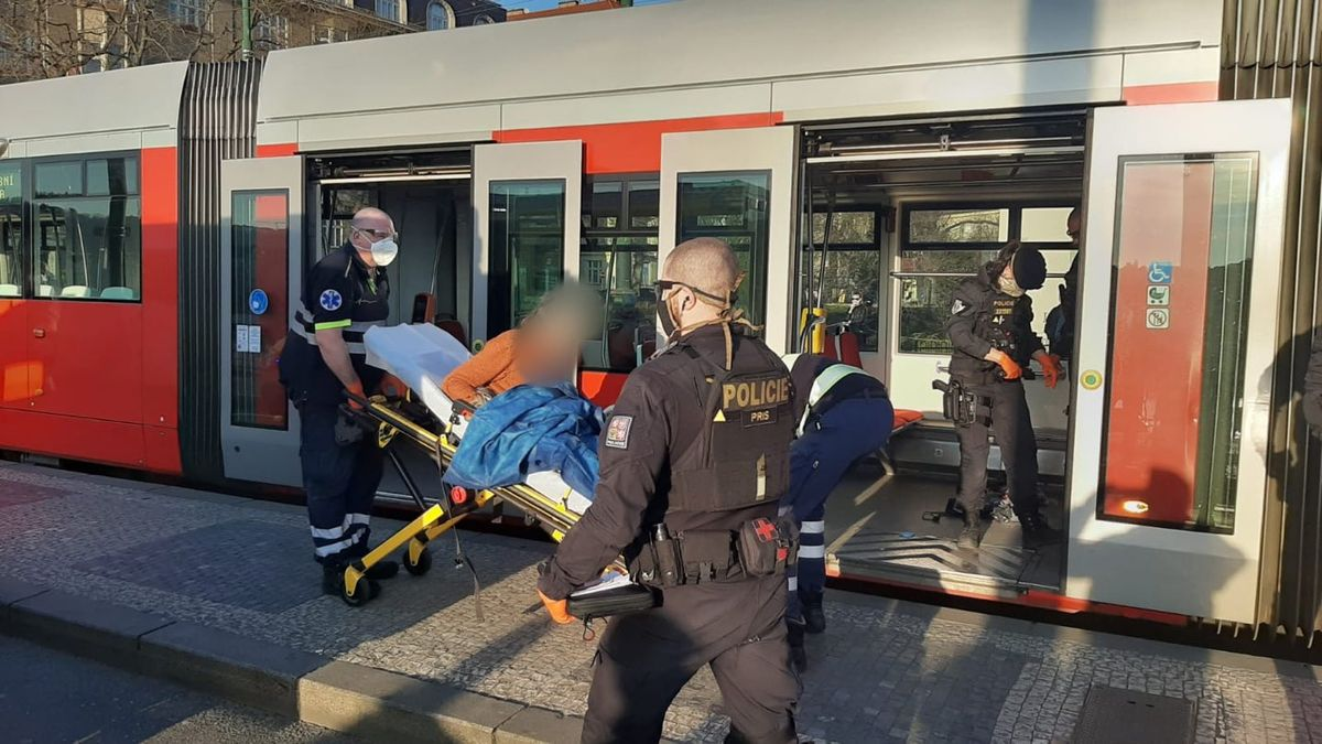 Muž snožem hrozil lidem vpražské tramvaji, policie ho postřelila