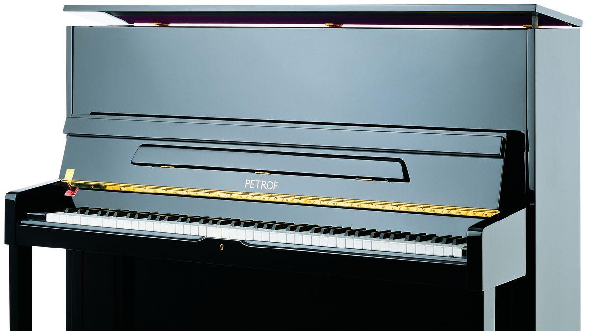 """Jedenáct pian, 400zájemců. Kdo dosáhne na Komárkovy """"čínské"""" klavíry?"""