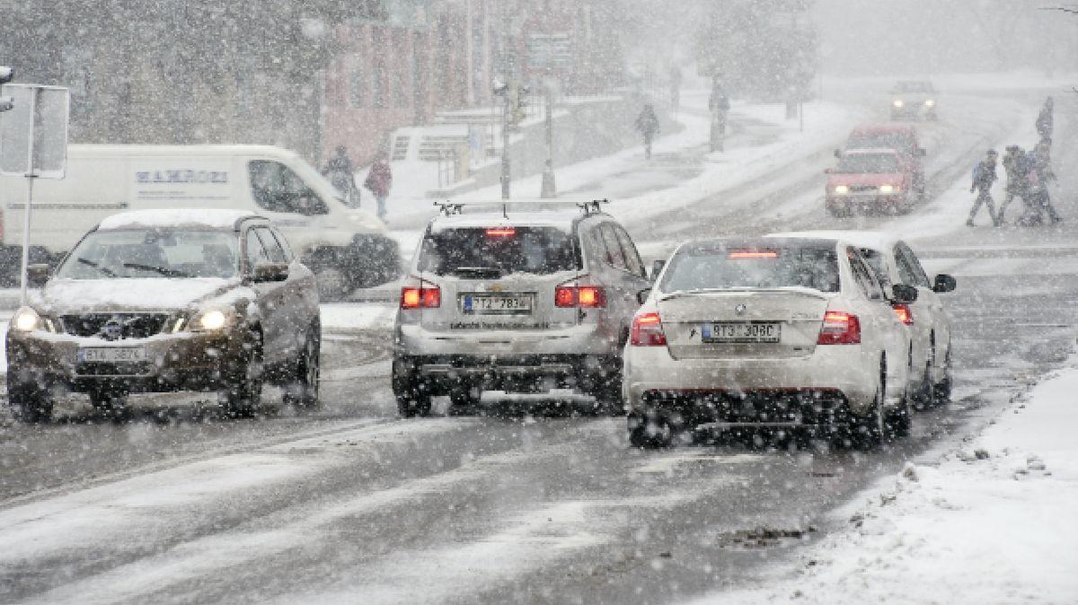 Sněžit bude vČesku dál. Výstraha varuje před problémy na silnicích