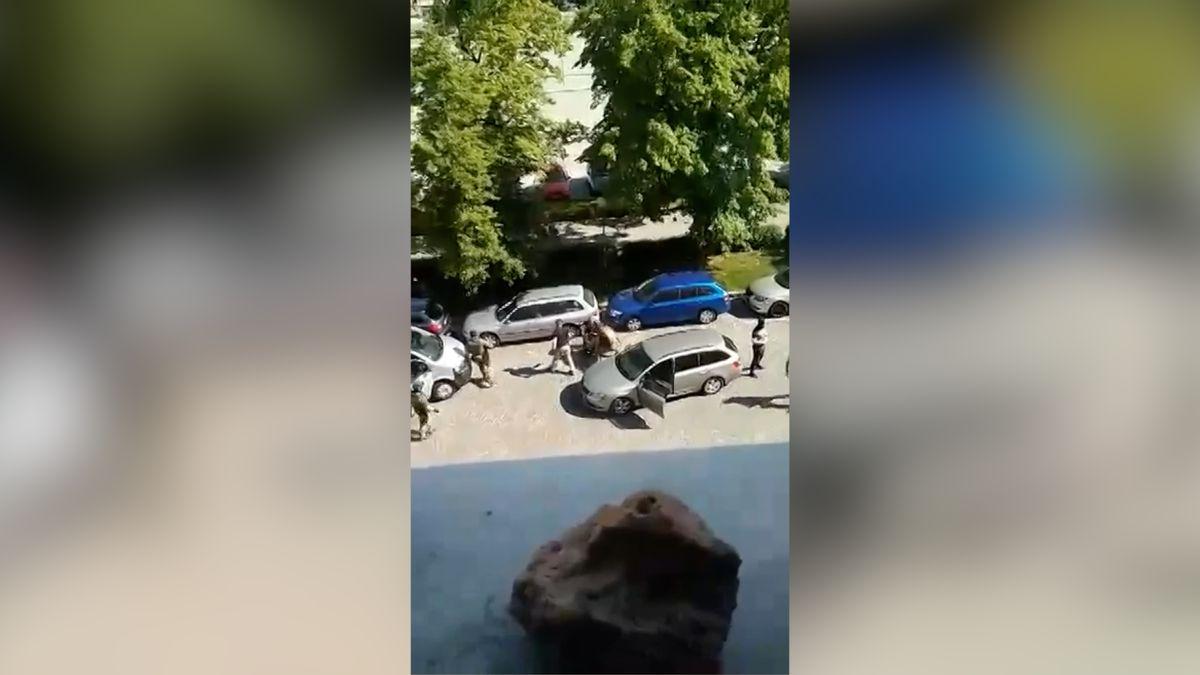 Video: Zásah policie proti muži, který zřejmě u Čáslavi přepadl poštu a hasicím přístrojem zranil ženu