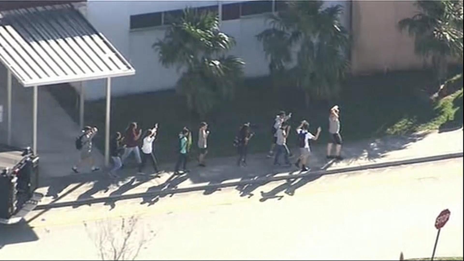 Agresivní, tichý a stydlivý, popsala střelce z floridské školy jeho bývalá spolužačka. Mladík za sebou nechal 17 mrtvých