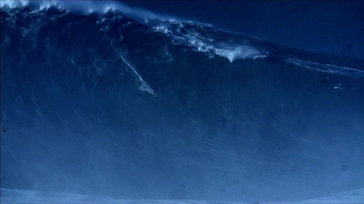 VIDEO: Vlna velká jako rozhledna. Surfař pokořil rekord