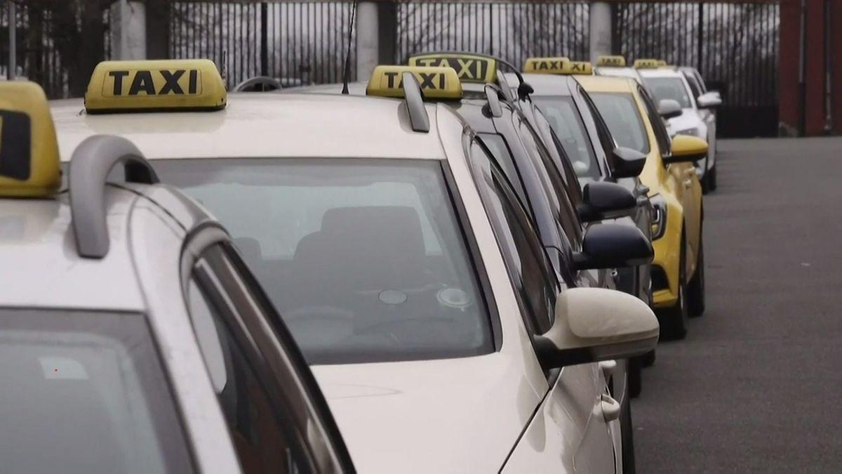 Falešný taxikář sexuálně obtěžoval podnapilé ženy, policie hledá jeho oběti
