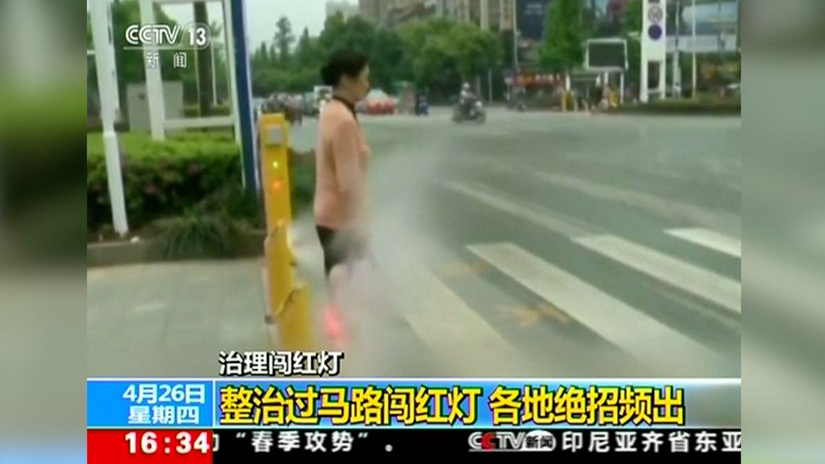 Jak vyřešit neopatrné přecházení na červenou? Chodce v Číně při porušení pravidel čeká studená sprcha
