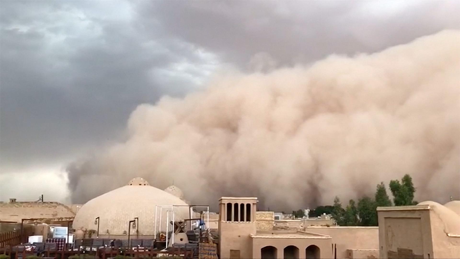 Záběry: Íránem se prohnala písečná bouře. Rychlost větru přesáhla 100 kilometrů za hodinu