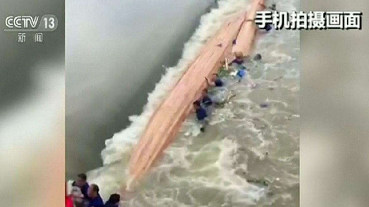 V Číně zemřelo sedmnáct lidí při tréninku na dračích lodích. Dvě z nich se kvůli silnému proudu převrhly i s celou posádkou
