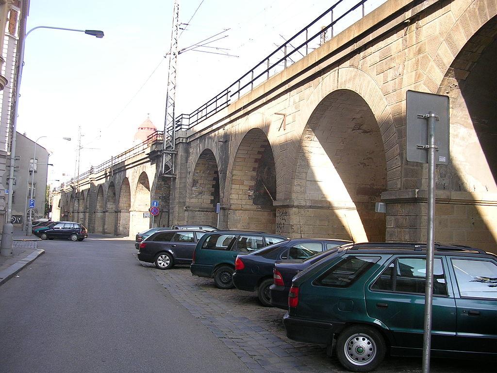 Podívejte se, jak těžká technika rozebírá nejstarší železniční most v Praze