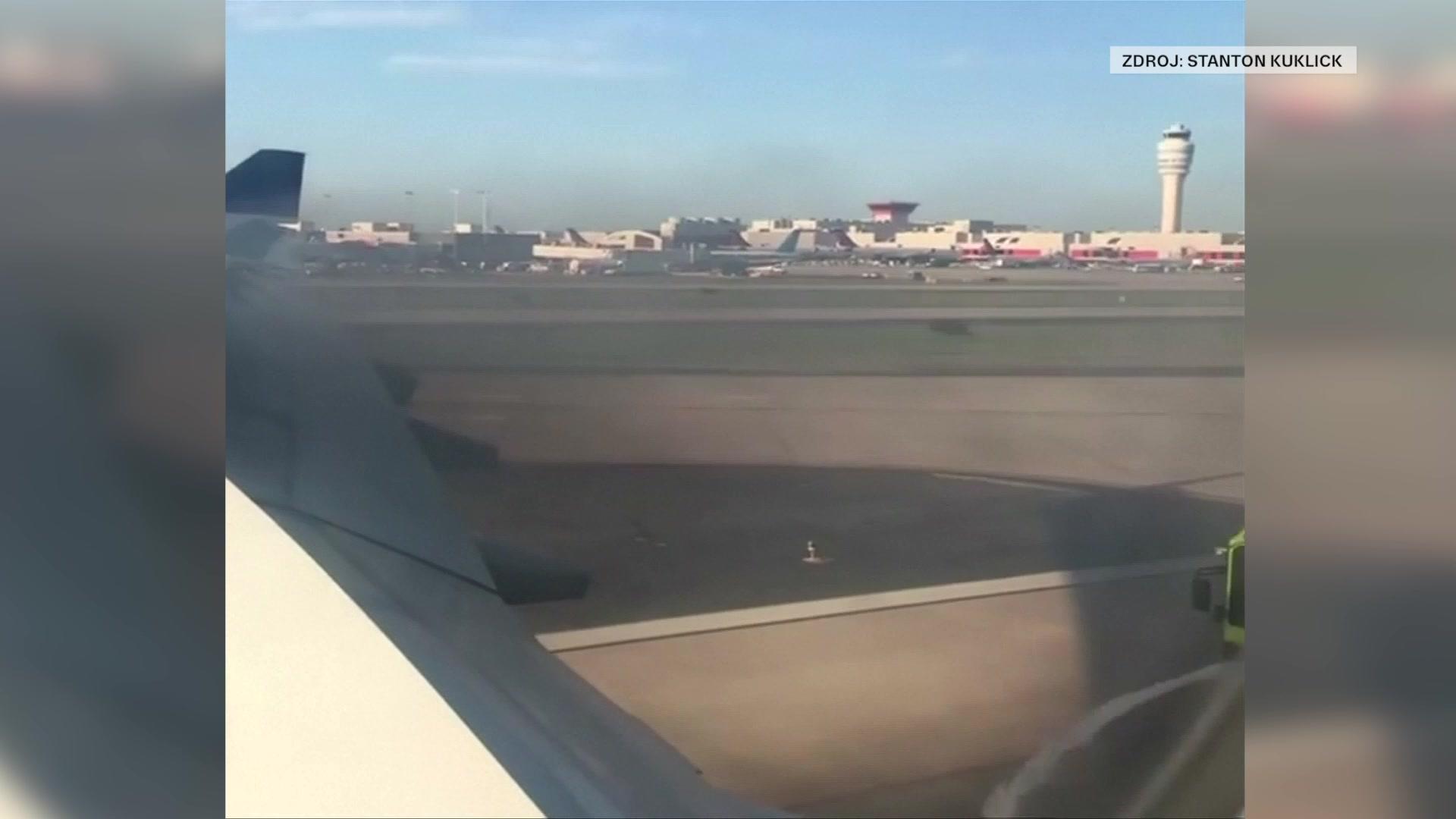 Cestující natočili další okamžiky strachu. Letoun přistával s hořícím motorem