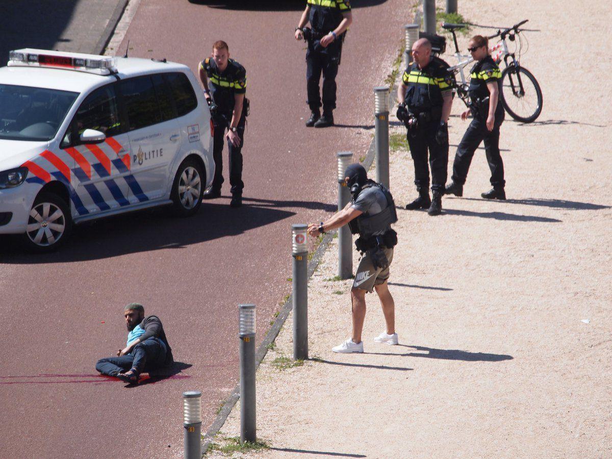 Útočník v Haagu pobodal tři kolemjdoucí, policie ho postřelila