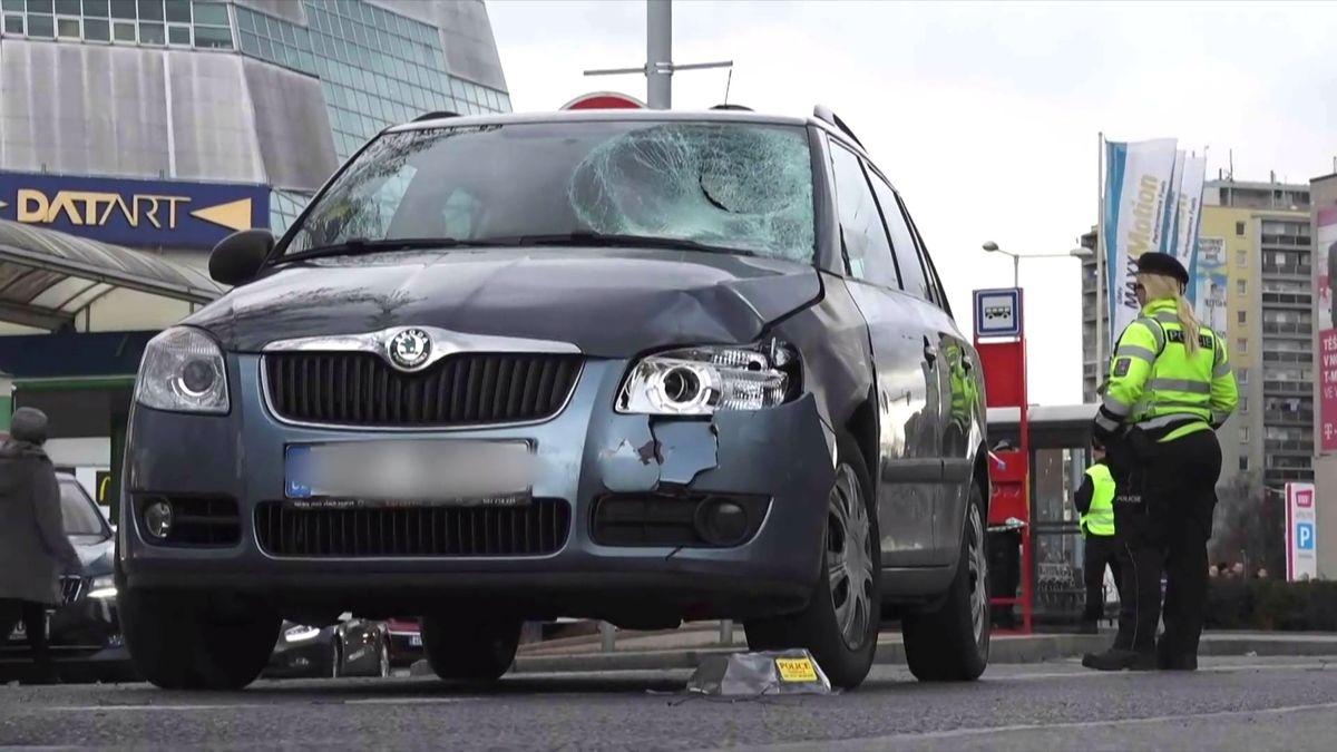 Záběry z místa tragédie. 67letý řidič vjel v pražské Hostivaři do chodců na přechodu, dva mrtví